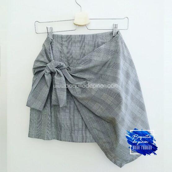 falda corta de cuadros gris