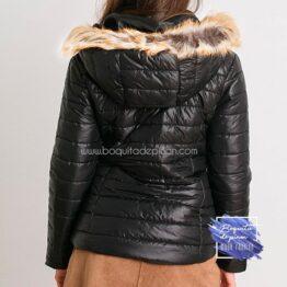 chaqueton negro con capucha de pelo