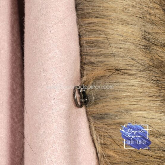 capa con cuello de pelo rosa