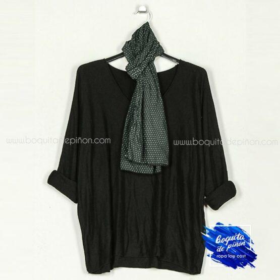 jersey con pañuelo negro